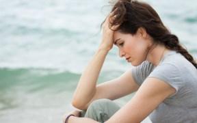 אישה מצוברחת בים