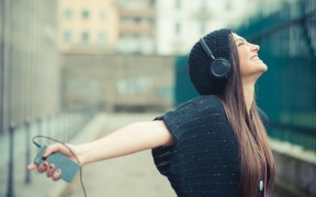 אישה נהנית מהקשבה למוזיקה