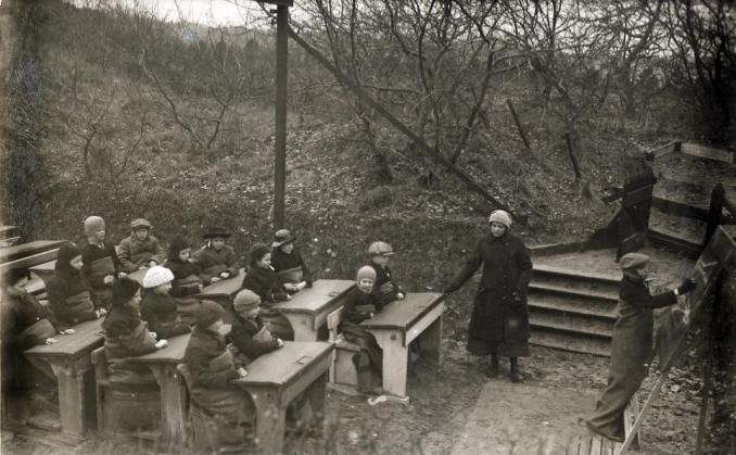 Openluchtschool in de vrieskou / Open-air school in the freezing cold by Nationaal Archief, on Flickr