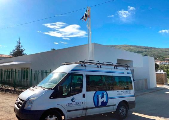 herederos_basilio_retortillo_empresa_construccion_montehermoso_extremadura_centro_empleo_hoyos_obra_terminada_furgoneta_fachada