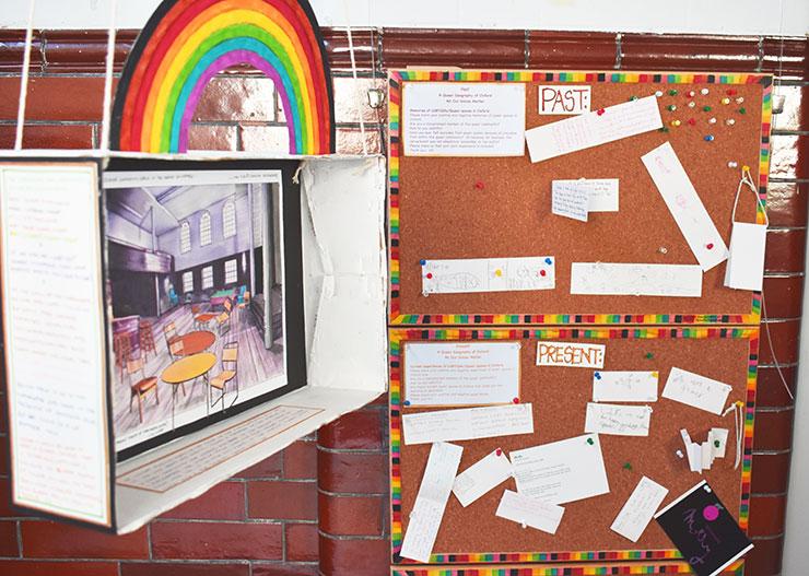 Exposition du musée des Spires queering d'Oxford. Affichage des panneaux de liège et des contributions des visiteurs