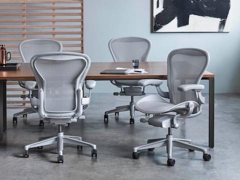 salle de conference avec quatre chaises de bureau aeron gris clair autour d une table
