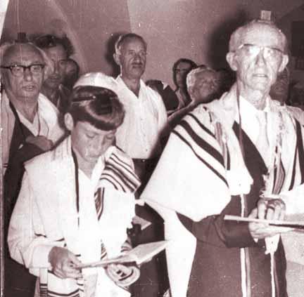 ישראל אלדד ואורי צבי גרינברג בתפילת שחרית