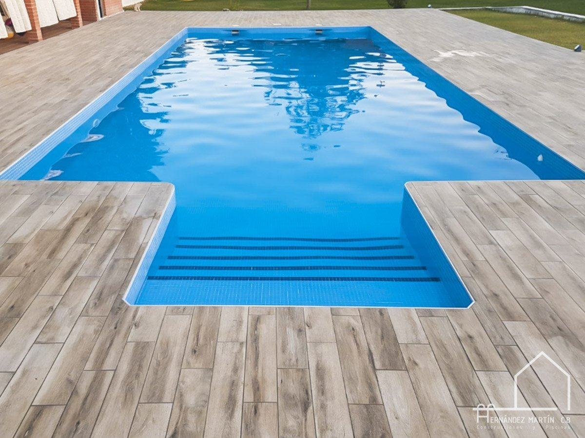 hernandezmartincb-experiencia-construccion-piscinas-moderna escalera exterior-zamora-17