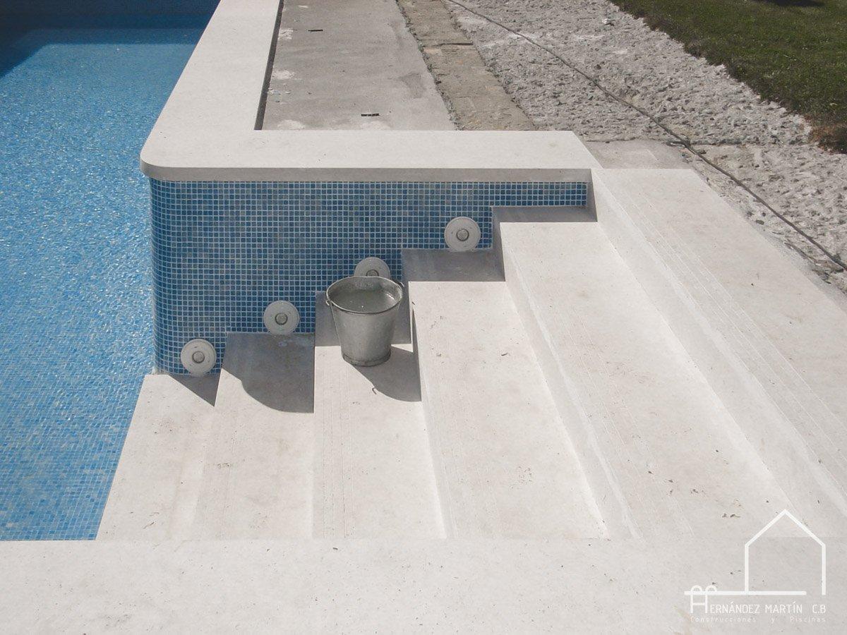 hernandezmartincb-experiencia-construccion-piscinas-moderna escalera exterior-zamora-3