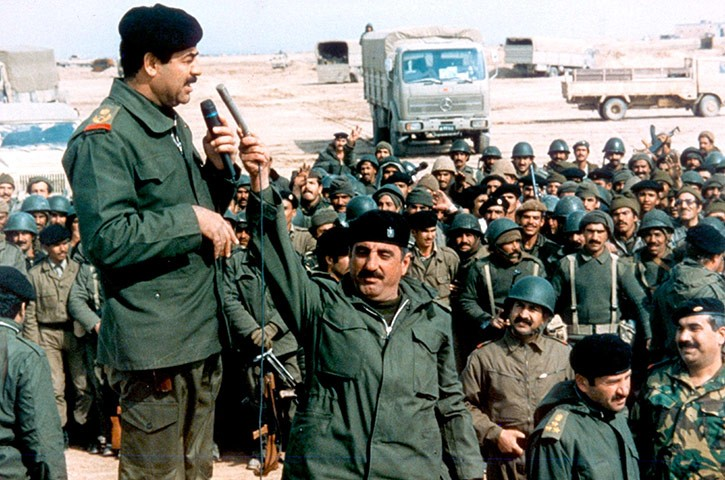 Saddam Hussein harangue ses troupes à la veille de l'invasion du Koweit en avril 1990 (DR)