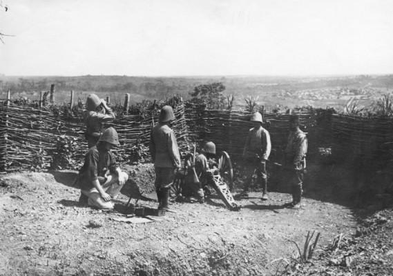 Un canon français de 80 mm en position vers Doumé dans l'est du Cameroun en juillet 1915, © Ministère de la Culture, Médiathèque de l'architecture et du patrimoine - diffusion RMN, DR.