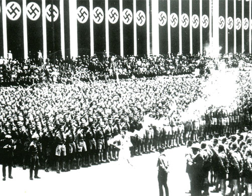 Arrivée de la flamme olympique à Berlin devant les jeunesses hitlériennes, en 1936