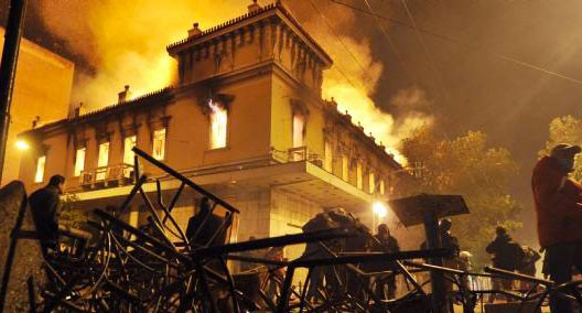 Guérilla urbaine à Athènes devant le Parlement européen, 13 février 2012 (DR)