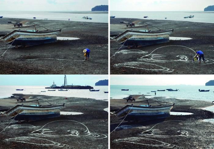 Watermarks / Video secuencia de la performace de dibujo anamórfico de arroz sobre la playa de Daebu-Do, Ansan, Corea del Sur / ©2011 Santiagomorilla