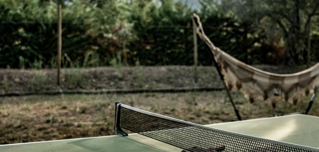 Tischtennisplatte mit Schläger und Ball