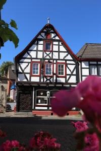 Haus Ecke Kölner Straße / Pützgasse mit Brunnen