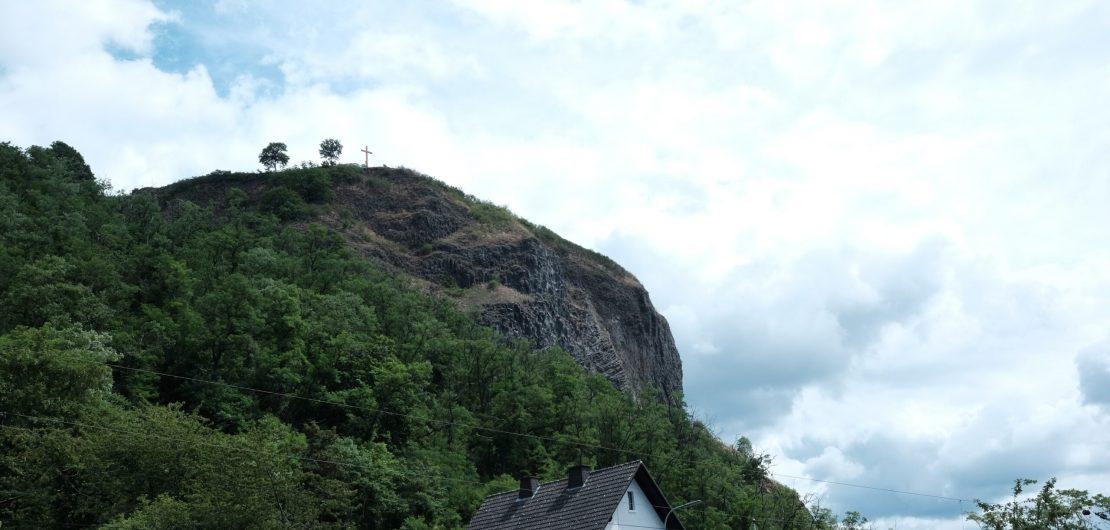 Blick auf die Erpeler Ley mit Gipfelkreuz