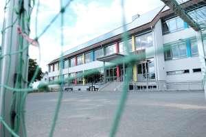 Untere Schulhof mit Fußballtor, Basketballkorb und Tischtennisplatte