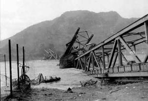 Teile der eingestürzten Brücke im Rhein