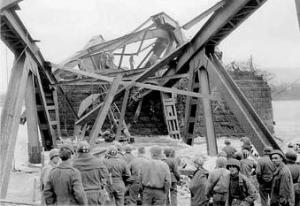 Die Brücke stürzt in den Rhein