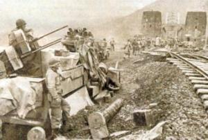 Soldaten haben Stellung auf die Brücke bezogen