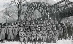 Alte Aufnahme von Soldaten vor der Brücke