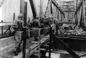 Soldaten überqueren die Brücke