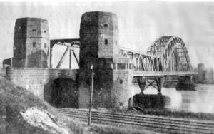 Intakte Brücke von Remagen und Brückentürme in Erpel