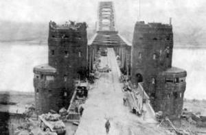 Blick auf Brücke und Brückentürme