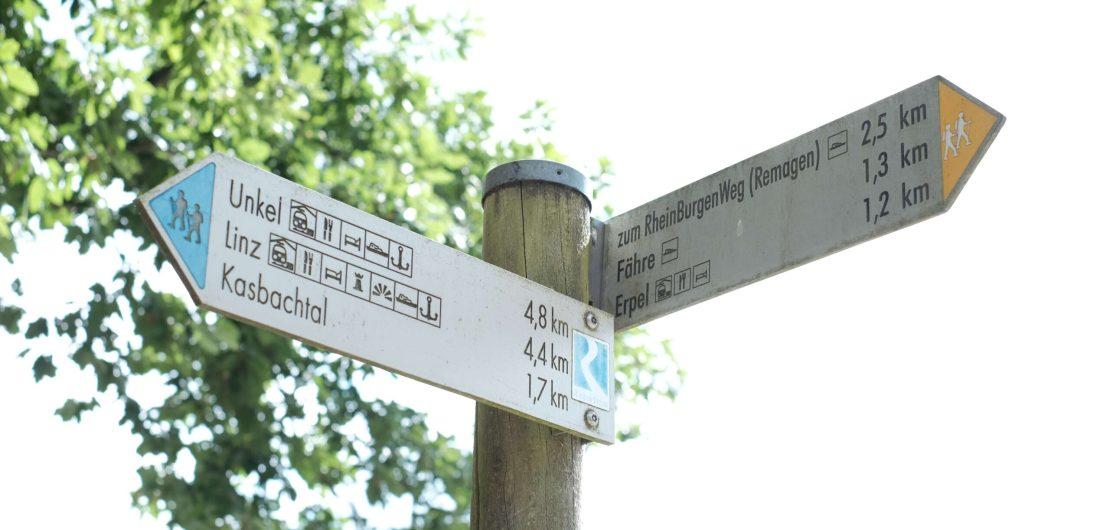 Hinweisschilder mit Wegbeschreibungen in Erpel