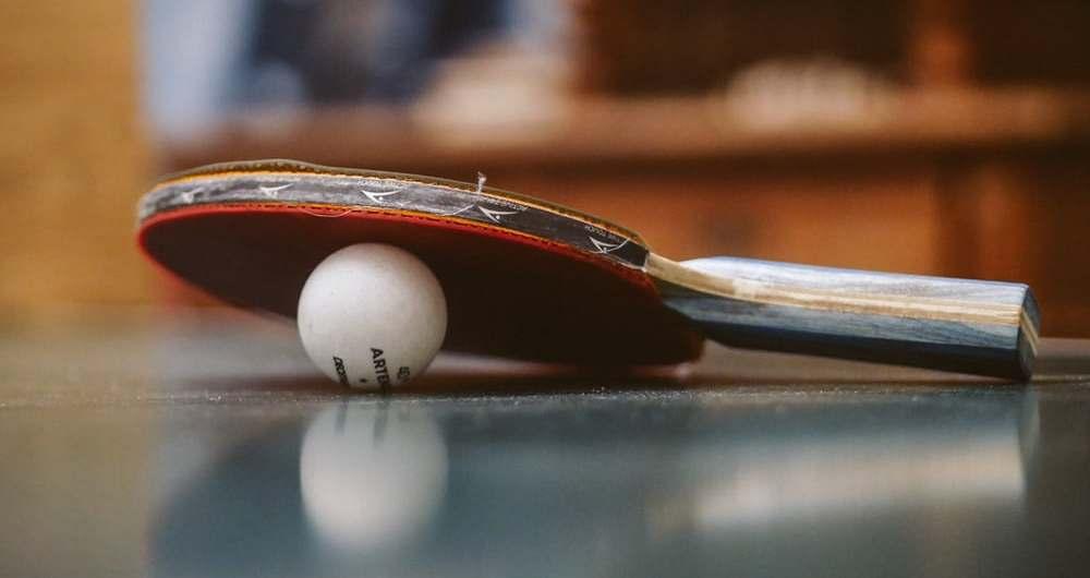 Tischtennisschläger und Ball
