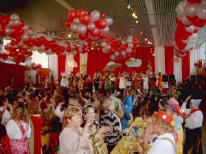 Das Publikum feiert im Festsaal eine Karnevalssitzung