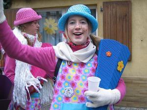 Verkleidete Frau feiert Karneval