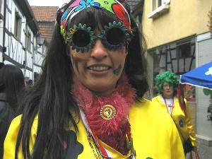 Eine Frau hat sich als Hippie verkleidet