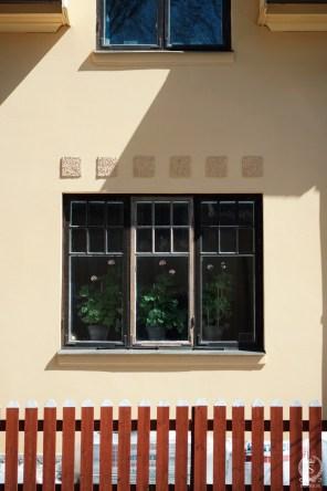 Fönsterparti hos ett av radhusen vid Margaretavägen.