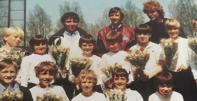Foto jaarboek AFC: Ton Ojers en Johan Cruijff op 24 april 1982 tijdens het Van Wagtendonk toernooi met de E1 van AFC. Links naast Cruijff de huidige teammanager van AFC Henk Bijlsma