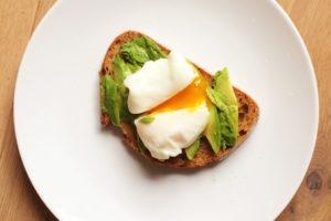boterham-met-avocado-en-gepocheerd-ei-1024x683