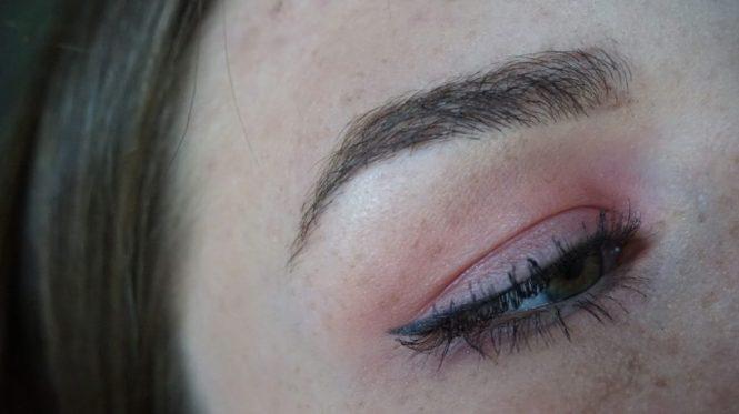 1 oog met rode oogschaduw