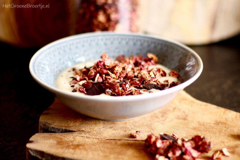 Recept | Vegan frambozen granola met hazelnoten