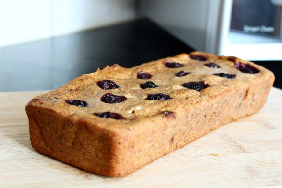 Recept | Smeuïg bananenbrood met blauwe bessen