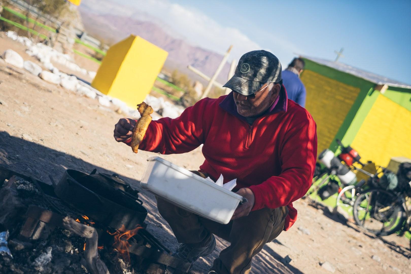 Javier qui prépare le repas