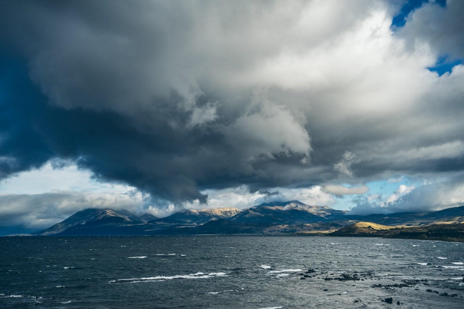 Lago Huechulafquen avec le volcan Lanin