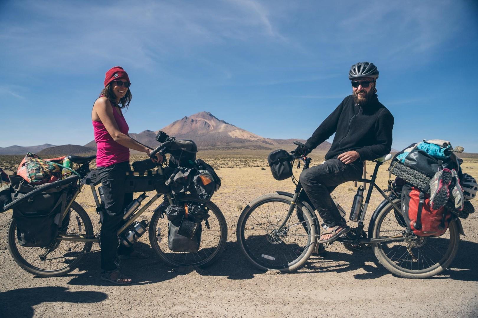 Maïwenn et Kevin en plein échange de vélos