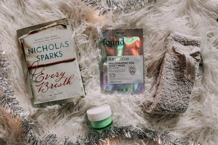 gift guide for her nicholas sparks barefoot dreams cozy