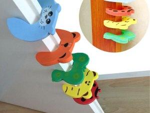 Accessoire pour protéger les petits doigts de bébé contre la fermeture des portes