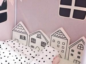 Tour de lit en forme de maisons minimalistes en noir et blanc