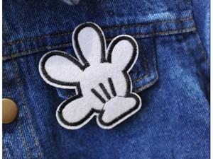 Main de Mickey sur la veste en jean pour fille