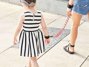 Laisse pour enfant attachée à maman
