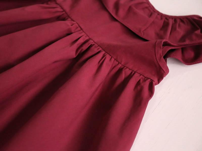 Détail de la robe bordeaux sans manches
