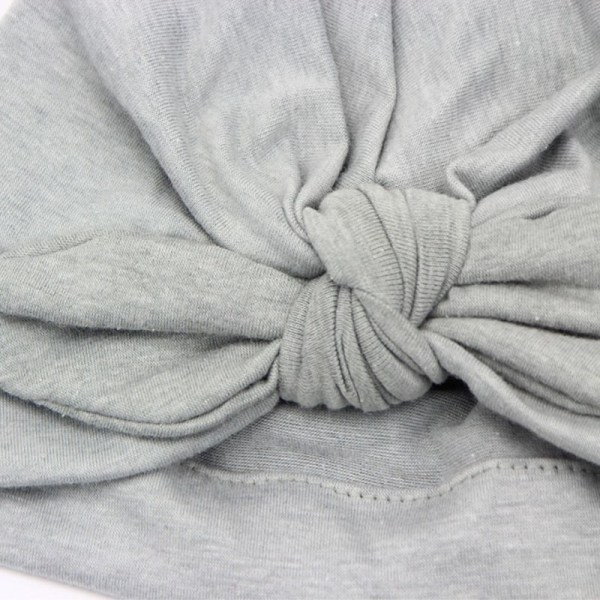 Détail du bonnet turban gris pour bébé