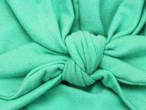 Détail du bonnet turban vert pour bébé