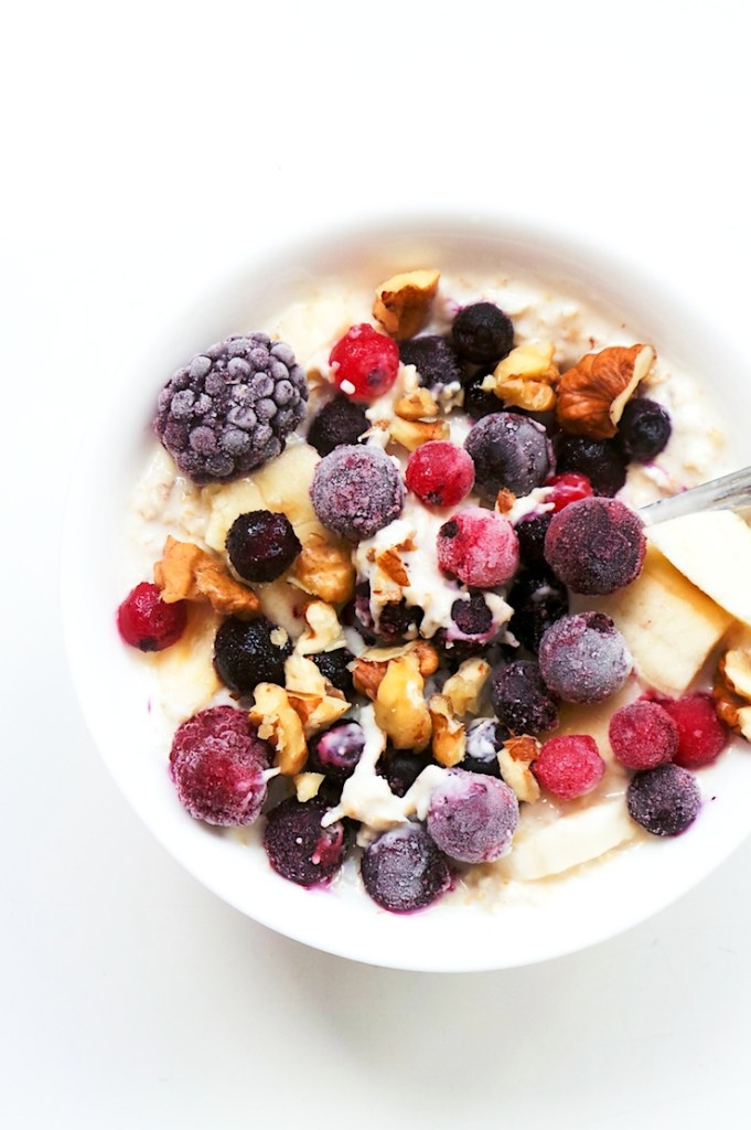 Overnight oats with berries, banana and almond butter! 5 minutes is all the time you need to make this easy healthy breakfast, that you can also enjoy on the go! Make this breakfast idea vegan and dairy-free by using coconut yogurt!   Half-Human, Half-Mom   www.hh-hm.com