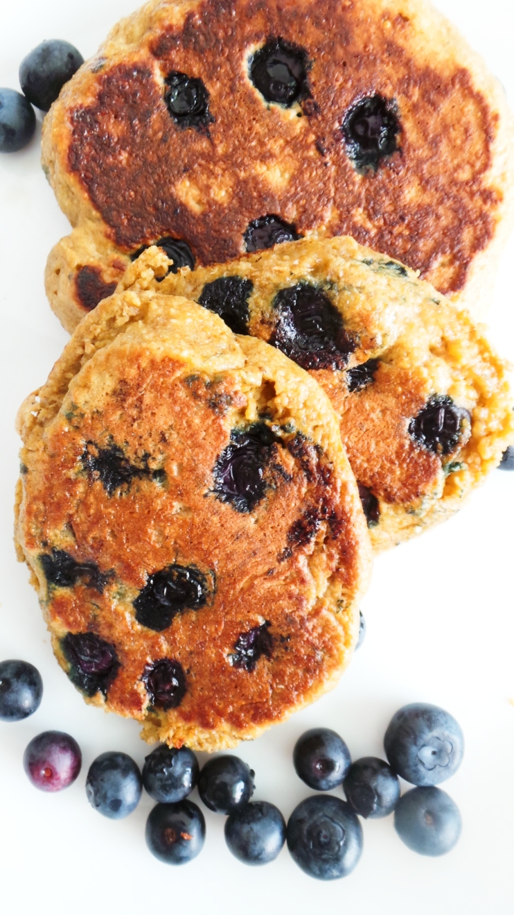 Healthy blueberry pancakes - quick and easy breakfast that you can eat on the go! These easy blueberry oatmeal pancakes are fluffy and tasty, but also flourless, refined sugar-free and very nourishing. You need just a few ingredients and 10-15 minutes to make these!