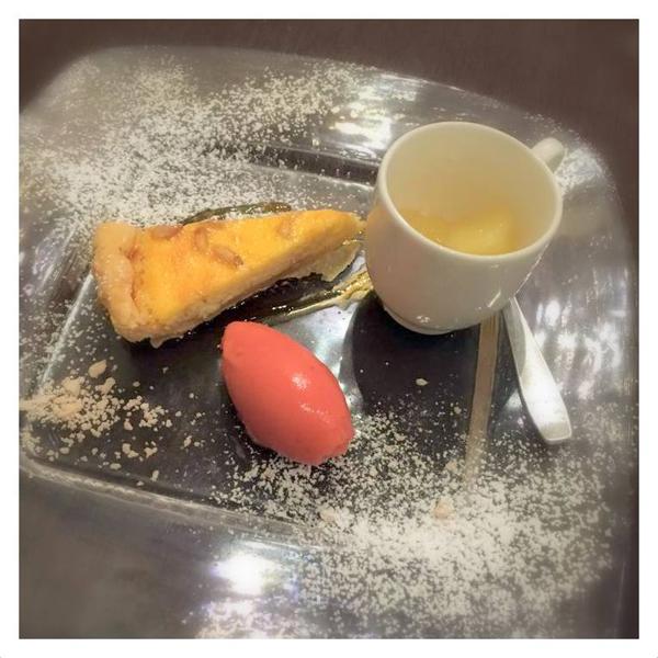 市川イチゴのジェラート、りんごのコンポネートとジンジャーのゼリー、リコッタチーズのタルト (澤内シェフ作)